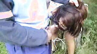 Sexy Maniac hat ein Opfer an einen Baum im Wald gebunden und vergewaltigt sie
