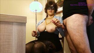 Herrschsüchtige Herrin fingert Sperma vom Schwanz auf ihre großen Brüste