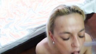 Entfaltet und Sperma im Mund nach Analsex