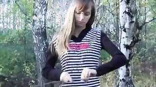 Ein Mädchen in weißen Strümpfen sitzt auf dem Gesicht eines Mannes in einem Wald