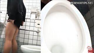 Versteckte Kamera in einer öffentlichen Toilette schoss eine erschütternde Frau