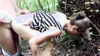 Der junge Pihar posiert mit Krebs eine reife Geliebte im Wald