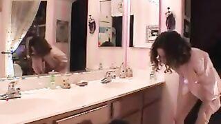 Die Lehrerin fickte Mutter im Badezimmer und spritzte in ihre Muschi