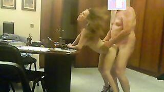 Der Chef riss die Sekretärin in seinem Büro ab