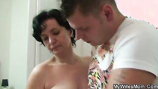 Mädchen erwischte Mutter und Bruder beim Sex