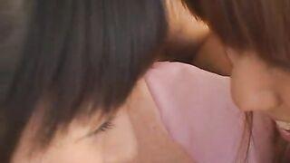 Heißer asiatischer Kuss mit Zunge und Speichel
