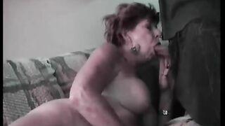 Enkel steckt Oma viel Sperma in den Mund