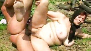Die Dorffrau Olga ist zwar alt, hat aber gerne Sex