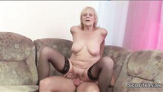 Enkel sah Großmutter und streichelte sie mit seinem Schwanz