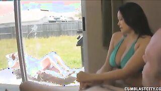 Ehemann fingert die Freundin der Frau in einem Badeanzug