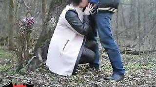 Natasha liebt es im Wald in Muschi und Mund zu ficken