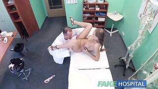 Huetherapy in Aktion: Ein Arzt behandelt einen vollbusigen Patienten mit einem Mitglied