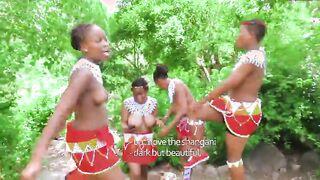 Der weibliche Teil des afrikanischen Stammes zeigt die nackte Brust, um den Anführer zu zeigen