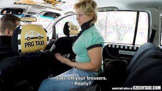 Junger Taxifahrer fickte einen reifen Passagier in einem Auto