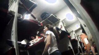 Muschi eines schlafenden Mädchens auf einer versteckten Kamera in einem Zug