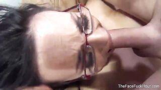 Deep Throating von einem Mädchen mit Brille