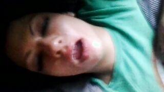 Einen schlafenden Schwanz auf Botox-Lippen fahren