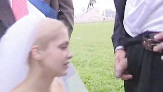 Die Braut freute sich über den Blowjob aller Freunde des Bräutigams nach der Hochzeit