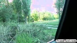 Taxifahrer bog von der Straße ab und fickte ein Mädchen