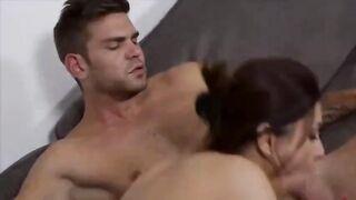 Italienischer Liebhaber, der ein schönes Küken in den Arsch schlägt