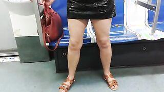 Dude hat die Muschi eines Fremden ohne Höschen in der U-Bahn auf Video aufgezeichnet