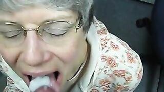 Grauhaarige Oma mit Brille saugt jemandes Schwanz vor der Kamera