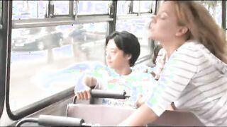 Redhead Babe fickt und saugt Dick im Bus