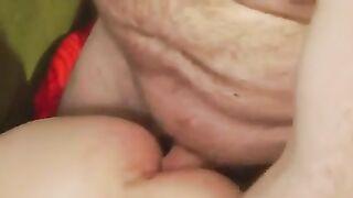 Papa fickt Tochter in Muschi und stimuliert ihren Anus mit Lippenstift