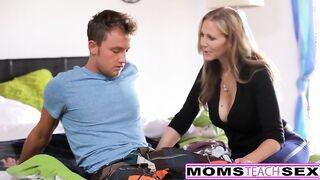 Mama mag es, wie ihr Sohn Sperma in die Muschi ihrer Schwester schoss