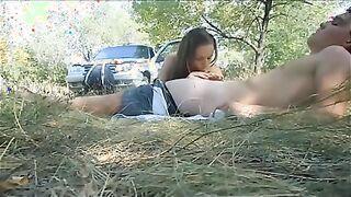 Studentin Julia wird bei einem Picknick von einem Mann im Wald gefickt