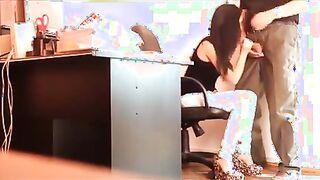 Kopf lässt Sekretärin im Büro vor versteckter Kamera Schwanz lutschen
