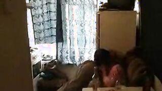 Russischer junger Mann leckt den haarigen Schlitz einer betrunkenen Mutter