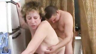 Reife Tante verführt einen fetten Kerl
