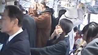 Eine Jungfrau und eine Hure reiben Mitglieder in einem überfüllten japanischen Bus