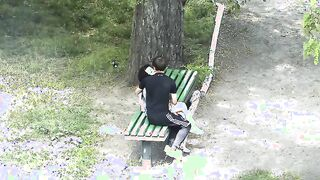 Mädchen fingert Schwanz Kerl an einem Date im Park