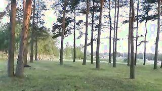 Ein Tyrann fickte ein Mädchen in einem Park und stahl ihr Höschen
