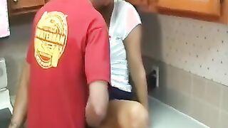 Große Stiefmutter mit riesigen Titten fickt ihren Sohn in der Küche