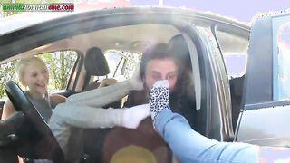Mädchen lassen einen Mann schmutzige Socken schnüffeln