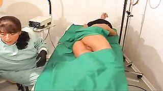 Die Krankenschwester stopfte den schönen Arsch des Patienten mit einem Einlauf voll