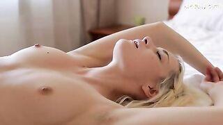Sanfte Muschisaugung einer schönen Blondine