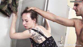 Ein Mann pisst auf eine Frau und fickt sie dann auf der Toilette