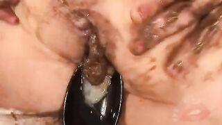 Fickt eine Frau in den Arsch und nach dem Anal kackt sie Sperma