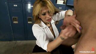 Shemale mit Handschellen gefesselt und anal vergewaltigt