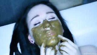 Ein Mann rasiert sich im Gesicht seiner Freundin und sie verteilt Kacke auf dem Gesicht