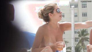 Große nackte Brüste Mädchen fotografiert von versteckter Kamera am Strand