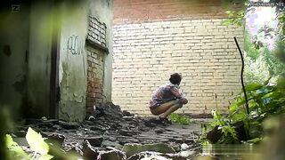 Betrunkenes Bier und pinkeln in einem verlassenen Haus