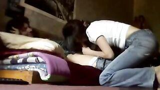 Ein Student saugte von einem Freund in einem Hostel in Rostow
