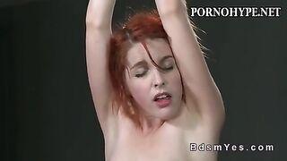 Rotschopf Mädchen versucht BDSM zum ersten Mal.