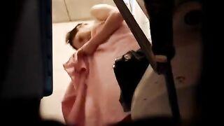 Schlank mit Schamhaaren in der Umkleidekabine mit versteckter Kamera