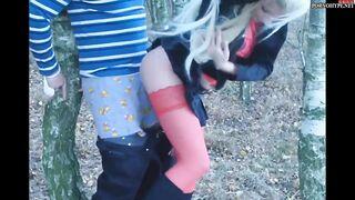 Fesselte ihren Mann an einen Baum im Wald und lutschte seinen Schwanz